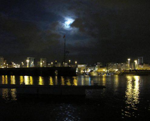 Blick auf Gijon bei Nacht