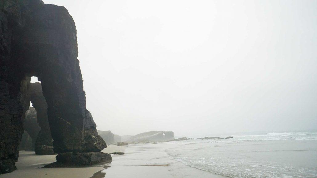 Galizien - Playa de Cathedrales im Nebel