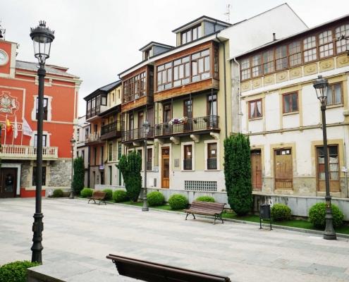 Navia, kleine Altstadt mit schönen Häusern