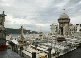 Luanco, oben auf dem Berg der Friedhof