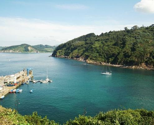 Tazones, Blick auf den Hafen und die Ankerbucht