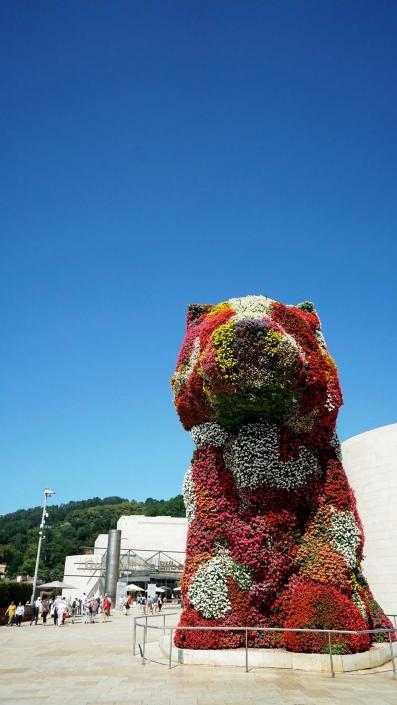 Bilbao, Guggenheim - Ein Hund mit seiner Hütte