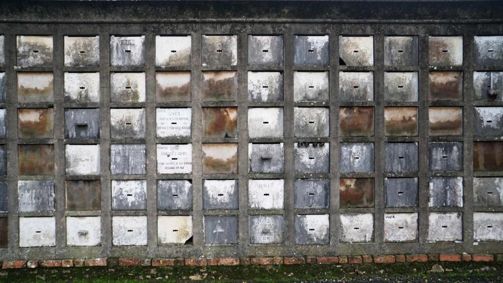 Lissabon - Gräber auf einem Friedhof